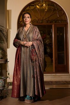 Jahan ara is a master piece Pakitani Designer Dress by nilofer shahid from The Maestro's wardrobe. Shop now for this Formal Pakistani Designer dress. Desi Wedding Dresses, Pakistani Formal Dresses, Shadi Dresses, Pakistani Wedding Outfits, Pakistani Dress Design, Formal Dresses For Women, Nice Dresses, Formal Saree, Bridal Dresses