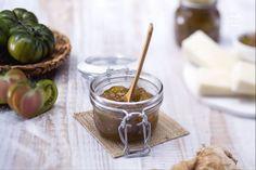Sfiziosa quanto originale, la confettura di pomodori verdi è ideale in abbinamento a formaggi o per crostate. Un mix prelibato di verdure e zucchero.