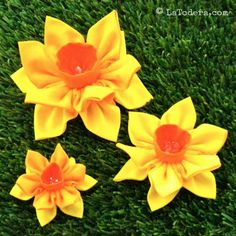 Daffodil fabric flower pattern by La Todera. 3 sizes of fabric daffodils included in tutorial.