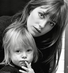 Jane Birkin & Kate Barry--Barry was the daughter of British actress and singer Jane Birkin and the composer John Barry Charlotte Gainsbourg, Serge Gainsbourg, Gainsbourg Birkin, Estilo Jane Birkin, Jane Birkin Style, Lou Doillon, Celebrities Hairstyles, Kate Barry, Star Francaise
