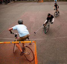 Entre hockey y polo pero en bici! Se llama Bike Polo.