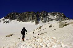 Esquí de travesía    El Pirineo blanco descubierto sobre los esquíes, movidos por la fuerza del aventurero que se adentra en montañas y bosques. Sin restricciones, elige el momento y el lugar para una experiencia mágica.