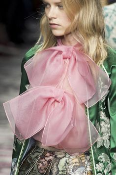 mulberry-cookies: Gucci by Alessandro Michele S/S 2016 (Details) Gucci Fashion, Only Fashion, Modern Fashion, Love Fashion, Runway Fashion, High Fashion, Fashion Show, Womens Fashion, Haute Couture Style