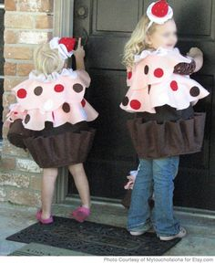 How to Make a Cupcake Costume for halloween using basic household items Cupcake Halloween Costumes, Handmade Halloween Costumes, Newborn Halloween Costumes, Halloween Masquerade, Homemade Costumes, Vintage Halloween, Vintage Witch, Food Costumes, Cute Costumes