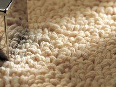 Saiba como fazer um tapete de lã com nós. Os tapetes de lã são bonitos e dão muito conforto à casa. Um tapete personalizado dá um toque pessoal à sua decoração.