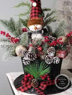 Creative Christmas Centerpieces Ideas That You Must See 49 Elegant Christmas Centerpieces, Christmas Flower Arrangements, Outdoor Christmas Decorations, Rustic Christmas, Christmas Holidays, Christmas Wreaths, Christmas Snowman, Snowman Hat, Christmas Tablescapes