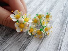 How to sculpt miniature flowers in polymer clay, step by step how to tutorial adaptable for dollhouse scale, white flowers with yellow stamens, Видео мастер-класс: делаем цветы земляники из запекаемой полимерной глины - Ярмарка Мастеров - ручная работа, handmade