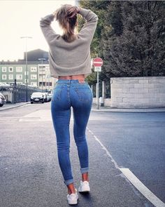 Here you will admire beautiful women with jeans. Women in jeans looking so hot and gorgeous. Check out 55 women tight jeans pants ideas for women and girls. Sweet Jeans, Lisa Del Piero, Jean Sexy, Tights Outfit, Jeans Skinny, Girls Jeans, Sexy Hot Girls, Jeans Style, Sexy Women