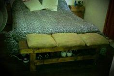 Pie de cama Realizado con Pallet + almohadondes fde arpillera By Rucula Design.