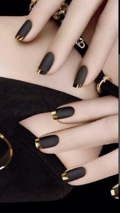 Wow, what beautiful nails Matt black nail polish with golden tip – # finger nail # nail polish Black Nail Designs, Acrylic Nail Designs, Chrome Nails Designs, Elegant Nail Designs, Gold Designs, Simple Nail Art Designs, Gold Tip Nails, Acrylic Nails Almond Glitter, Glittery Nails