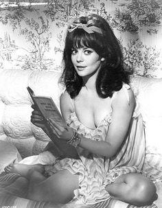 """vintagehotmagazine: """"Natalie Wood : publicity photo for Arthur Hiller's Penelope """" Natalie Wood, Divas, Isabelle Adjani, Cinema Tv, Splendour In The Grass, Deneuve, Ava Gardner, Brigitte Bardot, Celebs"""