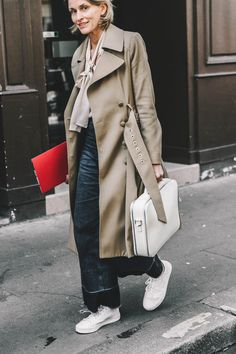 Entregarse al beige y al blanco no es ningún problema si las prendas que intervienen en el look tienen una enorme dosis de carisma. Y esta blusa con lazada y este trench con patrón romántico, desde luego lo tienen.