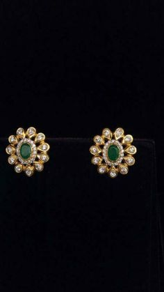 The green and white combination 👌🏻 Gold Jhumka Earrings, Jewelry Design Earrings, Gold Earrings Designs, Emerald Earrings, Gold Jewellery Design, Gold Jewelry Simple, Diamond Earing, Ring Verlobung, Bridal Jewelry
