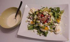 Petite salade entre amis...salade composée, avocat, oeuf, tomate cerise et thon...et une petite vinaigrette douce et acidulée