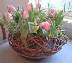 Blomster butikkene har mye tulipaner og greiner tilgjenngeligenå. Her er noeneksempler hvordan man kan kombiner disse to elementer. Ikke var redd og bruke greiner på litt nye måter… for eksempel lag en grein netting og stikk igjennom tulipaner eller hvorfor ikke lage ett flettet bånd av salix. Hvis dusynes det …