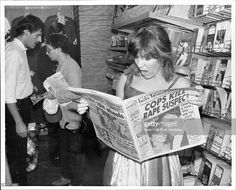 """""""Carrie Fisher looking at photos of her wedding in the New York Post while at La Guardia Airport. New husband Paul Simon is behind her. August (Photo by Mary McLoughlin/New York Post. Get premium, high resolution news photos at Getty Images Carrie Fisher, Kevin Kline, Randy Newman, The Blues Brothers, Simon Garfunkel, Paul Simon, Debbie Reynolds, Star Wars Film, Star Trek"""