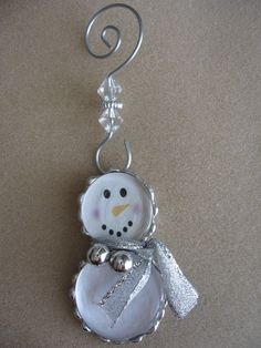 Christmas DIY: Soldered snowman orn Soldered snowman ornament (could do with bottle caps) Snowman Crafts, Snowman Ornaments, Christmas Snowman, Christmas Projects, Winter Christmas, Holiday Crafts, Christmas Ornaments, Snowmen, Fun Projects