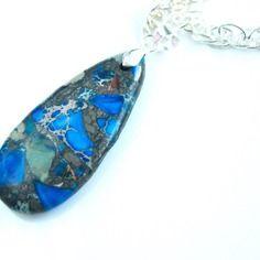 Collier avec une goutte en jaspe sédiment bleue