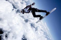 Sean MacCormac: skysurf. Il membro della Red Bull Air Force affronta un temporale con un paracadute e una tavola da surf