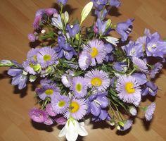Ein Strauß voller bunter Blumen aus dem Garten