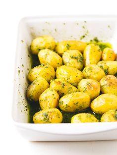 Estas patatas asadas con pesto están para chuparse los dedos. Son perfectas para ocasiones especiales y si las preparas vas a triunfar seguro.