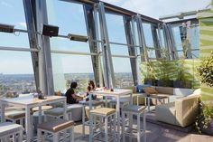 Gemütliche Lounge-Möbel laden im Clouds Hamburg zum Chillen ein