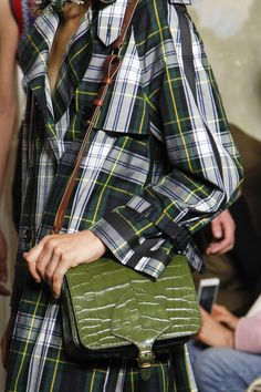 Burberry Fall 2017 Ready-to-Wear Accessories Photos - Vogue