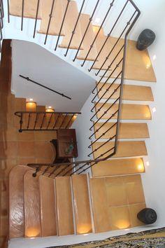 Escalera fabricada con peldaños de terracota manual hechos a medida Ceramica Exterior, Terracota, New Homes, Stairs, Rustic, Ideas, Home Decor, Log Projects, Rustic Homes
