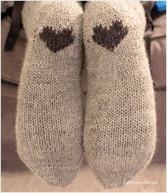 Home in a pine forest: Harmon braid socks and instructions - Super knitting Knitting Charts, Knitting Stitches, Knitting Socks, Kilt Socks, Wool Socks, Crochet Slippers, Knit Crochet, Old Sweater Diy, Knit Art
