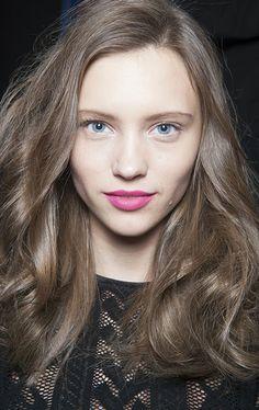 Цвет волос - не менее важная составляющая образа, чем одежда, обувь или аксессуары. Новые тенденции в окрашивании появляются каждый год. В наши дни их формируют не только стилисты, но и социальные сети.