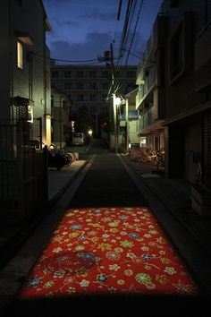 Red Carpet   2010 道路にビデオプロジェクション、サイレント、「黄金町バザール2010」での展示 / Nobuhiro Shimura
