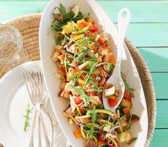 Bei diesem italienischen Salaat ist das Brot für einmal nicht nur Beilage sondern kommt zusammen mit dem Gemüse gleich als Zutat auf den Teller. Pasta Salad, Cobb Salad, Salat Sandwich, Tacos, Mexican, Vegan, Ethnic Recipes, Teller, Food