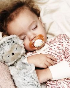 Slumber Sloth is all about teaching little ones to slow down and relax before bedtime. It looks like she's done her job, @jetskidmore! ❤️ . #slumberkins #slumberkinsonamission #cuddlycreatureswithintention #slumbersloth #bedtimeroutine