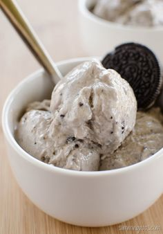 Slimming Eats Cookies and Cream Frozen Yoghurt - Slimming World and Weight Watchers friendly Frozen Yoghurt Recipes, Frozen Yogurt, Slimming World Desserts, Slimming Eats, Slimming Recipes, Yummy Treats, Yummy Food, Ww Desserts, Cookies And Cream