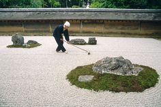 Visitors do not enter the garden; instead they contemplate it from a wood viewing platform. The shape and placement of the garden's 15 rocks are said to inspire a spiritual as well as sensory journey. The gravel is raked daily in a precise pattern. Modern Garden Design, Garden Landscape Design, Landscape Architecture, Garden Landscaping, Ryoanji, Outdoor Gardens, Zen Gardens, Garden Styles, Beautiful Landscapes
