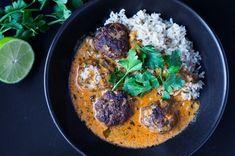 Curry ist ein All-Time-Klassiker und lässt sich hervorragend variieren. Dieses Mal gibt es rotes Thai Curry mit scharfen Hackbällchen und Vollkornreis.