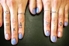 80 idées simples et charmantes, Quel tatouage sur le doigt adopter? 80 idées simples et charmantes tatouage doigt minimaliste signes ethniques traits points triangles Tatoo. Mini Tattoos, Boho Tattoos, Little Tattoos, Body Art Tattoos, New Tattoos, Small Tattoos, Finger Tattoo Designs, Finger Tattoos, Tattoo Main