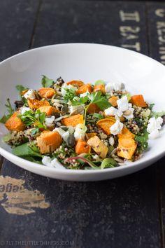 Deze maaltijdsalade met quinoa, geroosterde zoete aardappel en geitenkaas is heerlijk, gezond en ook nog eens heel simpel.