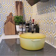 Perfekt kombo med gul le creuset gryte mot Dania i sennep og grå. Vi elsker at @jannepanne80 har brukt Dania tapetet på påfølgende vegger. Tøft o... - Storeys (@storeyswall)