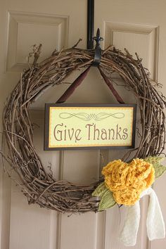 love this wreath- plus there is a link the print the image for the sign! :)