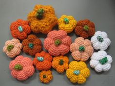 En udførlig guide til de sødeste små hæklede græskar. Perfekte som pynt til Halloween og andre efterårs relaterede arrangementer. ;) Crochet Fruit, Crochet Food, Diy Crochet, Crochet Ideas, Halloween Crochet, Toy 2, Modern Crochet, Idee Diy, Animals And Pets
