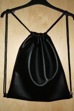 Turnbeutel/gymbag/Backpack/stringbag/Rucksack aus schwarzem Kunstleder und schwarzer Kordel. Auf Wunsch kann die Kordelfarbe jederzeit variiert werden.