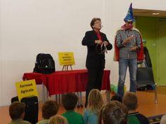 Basisschool goochelaar Aarnoud Agricola tijdens schoolvoorstelling op De Spiegel in Dalfsen