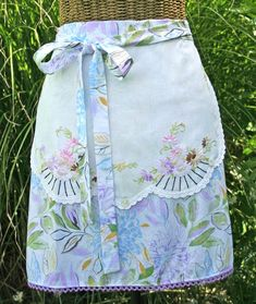 Cottage Kitchen Half Apron adorned with a vintage embroidered piece. This would be easy to add to a plain apron pattern ! Aprons Vintage, Vintage Sewing, Vintage Linen, Vintage Tablecloths, Vintage Diy, Vintage Textiles, Sewing Patterns Free, Free Sewing, Cute Aprons