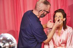 Pin for Later: So erzielt man in wenigen Schritten das Makeup der Victoria's Secret Models  Mit einem Violett/Goldenen Highlighter an den Seiten der Augen vergrößerte Dick die Augen optisch.