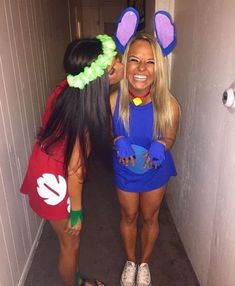 These college halloween costume ideas for best friends are perfect to copy this year! Want to go all out for halloween this year but don't know which costume to pick? Here are 70 popular college halloween costume ideas for girls! Costume Halloween Duo, Costumes Duo, Halloween Costumes For Teens Girls, Cute Group Halloween Costumes, Halloween Outfits, Cute Best Friend Costumes, Cute Halloween Costumes For Teens, Halloween Customs, Costume For Girls