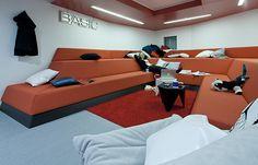 Un centre d'affaire dans un vaisseau spatial pour les ingénieurs de Google à Londres. La conception des espaces, postes informatiques, auditorium, petits bureaux, salles de jeux, studios de musique et salons, a été pensée dans une perspective futuriste, esthétique et fonctionnelle. La majorité des murs sont équipés de tableaux blancs permettant à chacun de griffonner. Dans « Flight pods », les canapés à doubles niveaux incitent les ingénieurs à se déchausser et s'y vautrer comme à la maison.