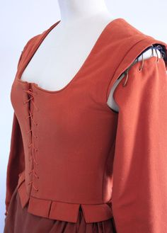 Tudor women's kirtle from 1600 @ Janet Comber – Time Tailor --> inspiration for sleeves. Mind: they only tie the sleeves on the top, there is no cord in the armpit area
