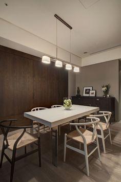 A függesztett lámpák egyfajta kiemelő világításként is megemlíthetőek, hiszen fényét kifejezetten az asztalra irányítja, ezáltal hangsúlyossá téve azt.