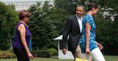 Elle suit le président partout, elle manque rarement une photo officielle. Qui est la mère de Michelle Obama, reine du photobomb à la Maison-Blanche ?